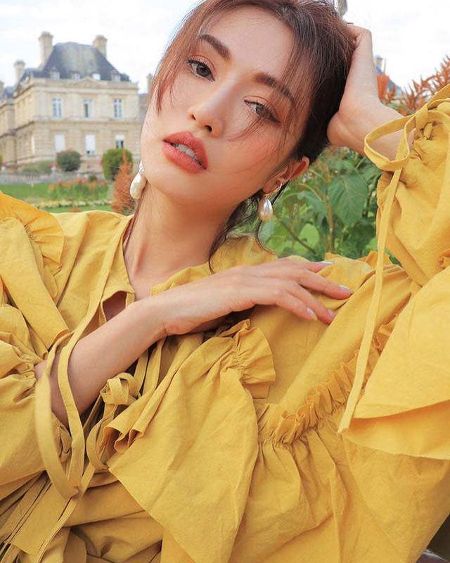 同樣地古典黃色的服飾肯定會很收女生歡迎,因爲是顯白的必備顔色!(IG@ 3ce_official)
