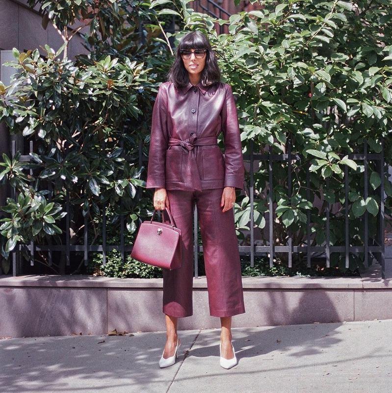 沉穩、冷酷的灰紫紅配上皮質服裝有種型格魅力。(IG@katespadeny )