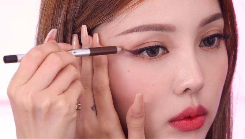 使用眼線筆的手不要太用力,讓眼尾自然地畫出去。