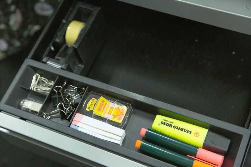 4.【文具收納習慣】最常用的文具可放在桌面上,用筆筒裝住。較少用的裝在抽屜上格最外處,方便拿取。(黃舒慧攝)