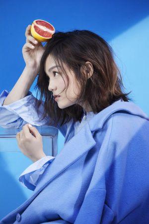 襯衫式連衣裙、毛呢長版大衣,both by Onefifteen。