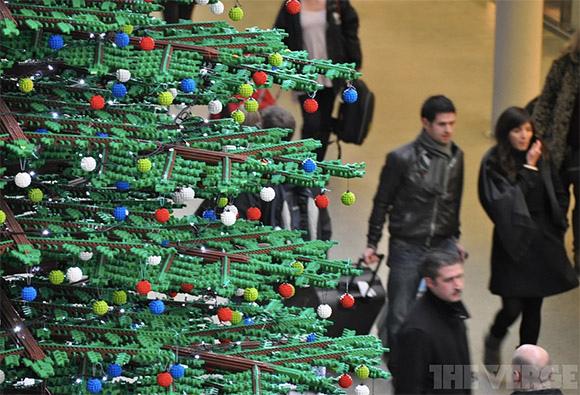 倫敦車站 Pancras 六十萬片樂高拼出創意聖誕樹